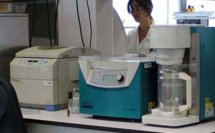 Centrifugal sample concentrator